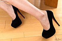Hotsuki Natsume In High Heels And Giving Footjob Barefoot